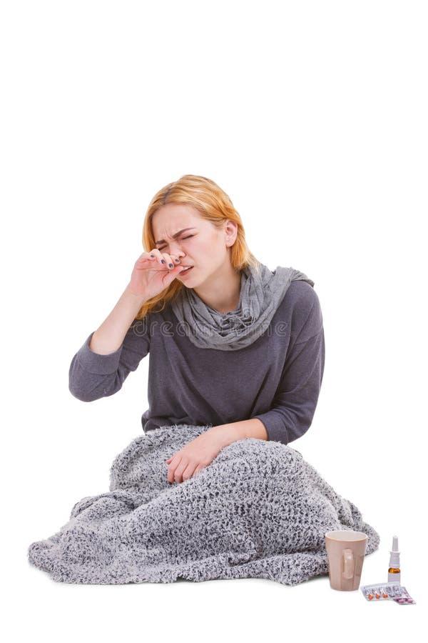 Ein junges krankes Mädchen, sitzt nahe bei Medizin und schreit Getrennt auf weißem Hintergrund stockbild