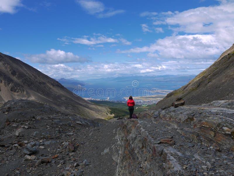 Ein junges Mädchen bewundert die Ansicht von Ushuaia lizenzfreies stockfoto