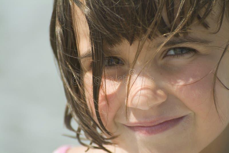 Ein junges Mädchen, das Kamera betrachtet stockbilder