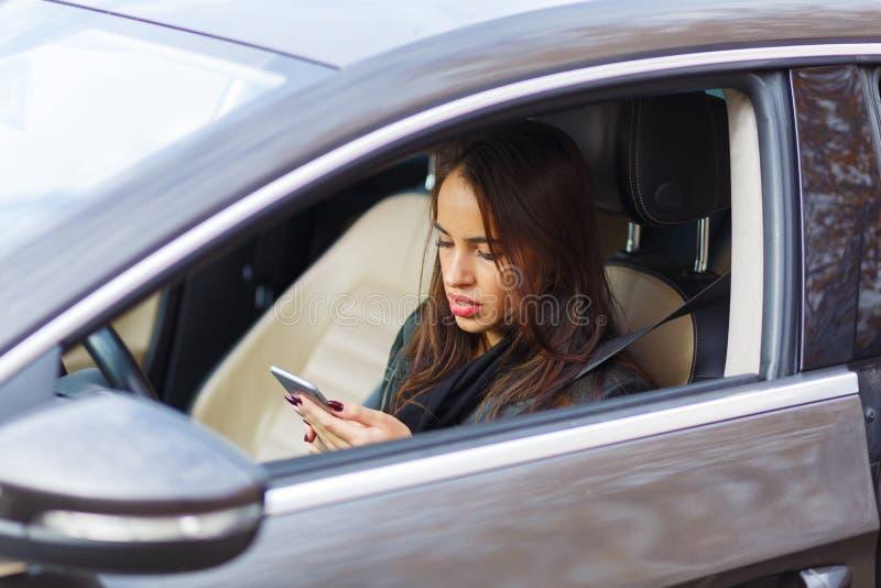 Ein junges Mädchen in einem grauen Auto lizenzfreies stockbild