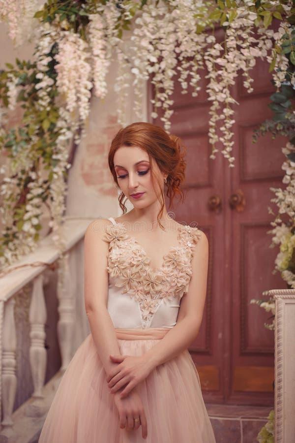 Ein junges Mädchen in einem luxuriösen Kleid stockbilder