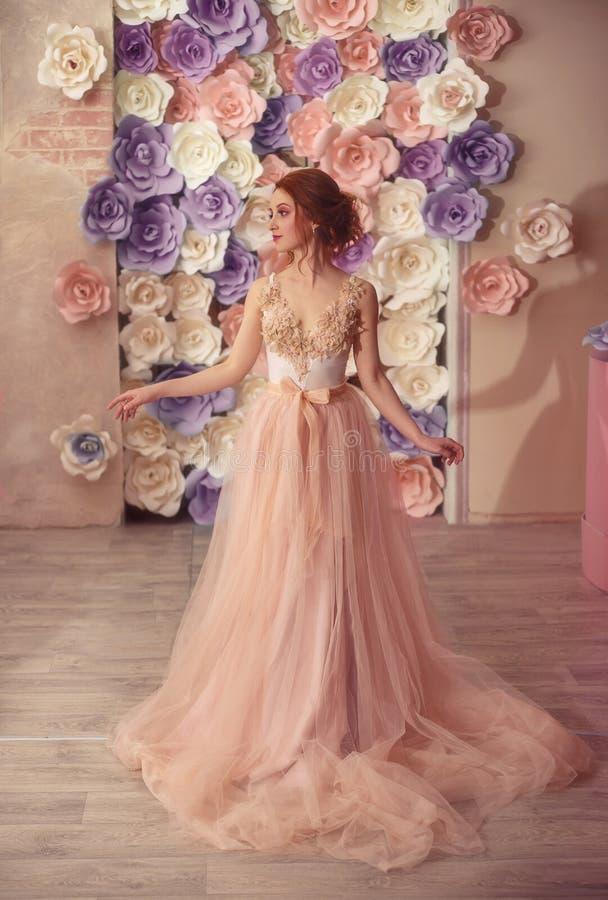 Ein junges Mädchen in einem luxuriösen Kleid lizenzfreie stockfotos