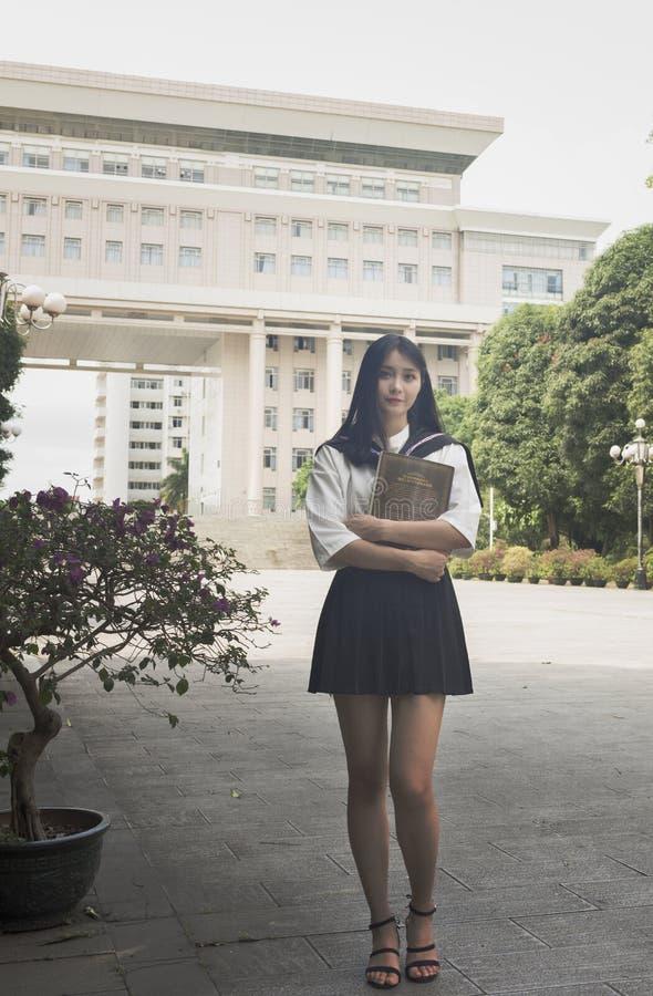 Ein junges Mädchen in einer Schuluniform lizenzfreie stockbilder