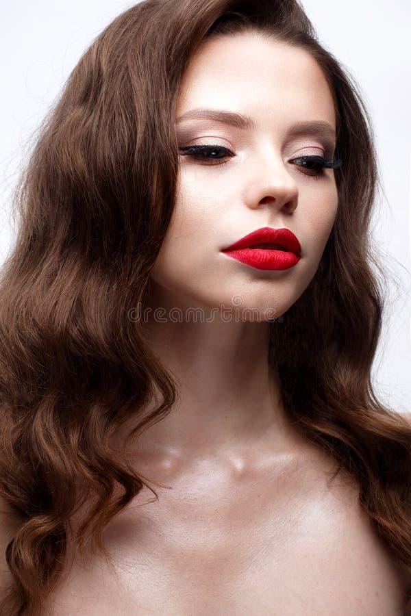 Ein junges Mädchen mit einer Hollywood-Welle und einem klassischen Make-up Schönes Modell mit den roten Lippen und den Pfeilen au lizenzfreie stockfotografie