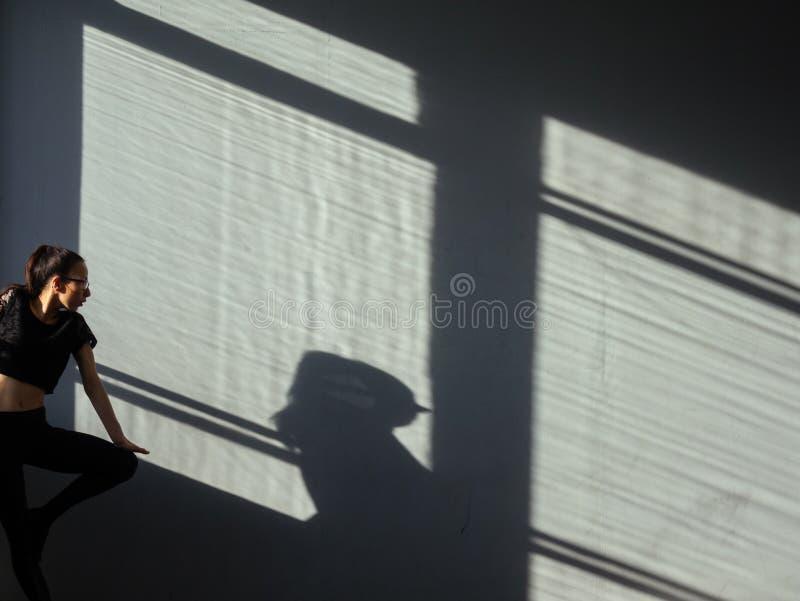 Ein junges Mädchen nimmt an modernem Tanz des Jazz in der Halle teil stockfoto