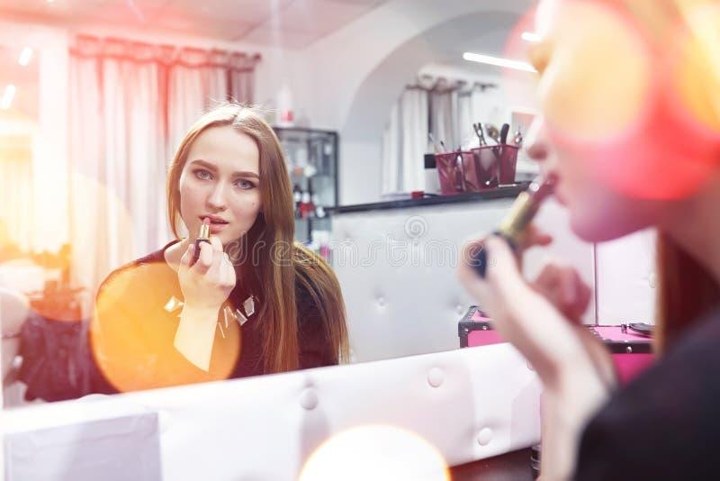 Ein junges Mädchen richtet in einem Schönheitssalon her Das Mädchen in vorderem O stockfotos