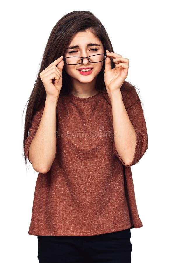 Ein junges Mädchen sieht sehr schlecht ohne Gläser lizenzfreie stockbilder