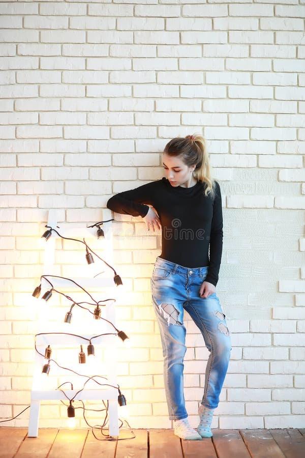 Ein junges Mädchen steht in einem gemütlichen Raum still stockbild