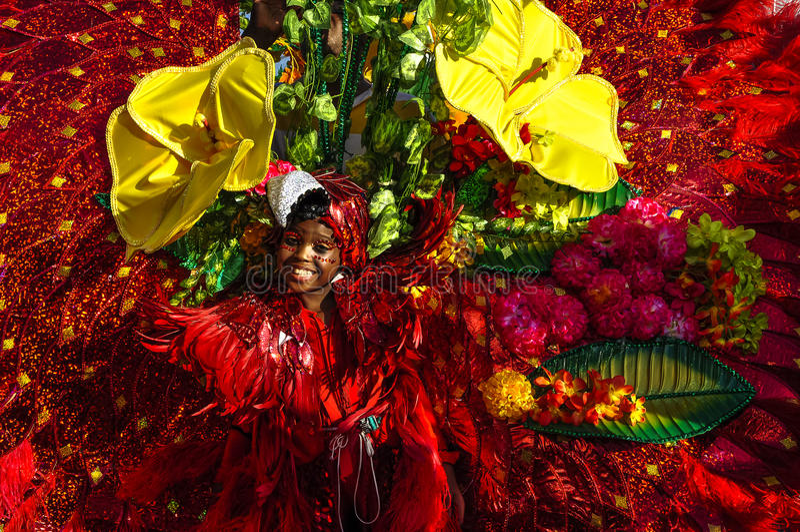 Ein junges Mädchen stellt die reiche Flora und die Fauna in Trinidad und Tobago dar stockfotografie