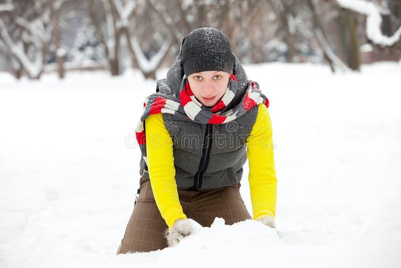 Ein junges Mädchen und ein Schnee lizenzfreie stockfotos