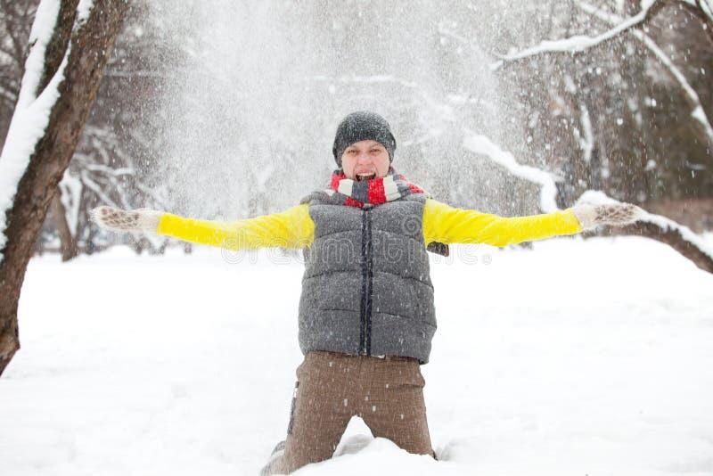 Ein junges Mädchen und ein Schnee stockfotos
