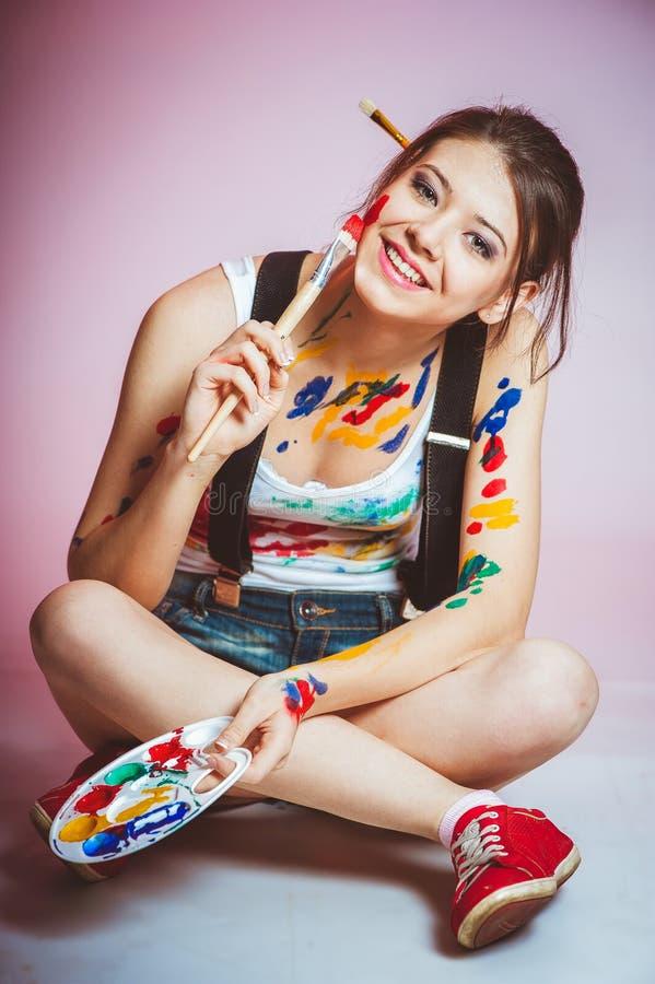 Ein junges M?dchen wird mit Farbe befleckt lizenzfreie stockfotos