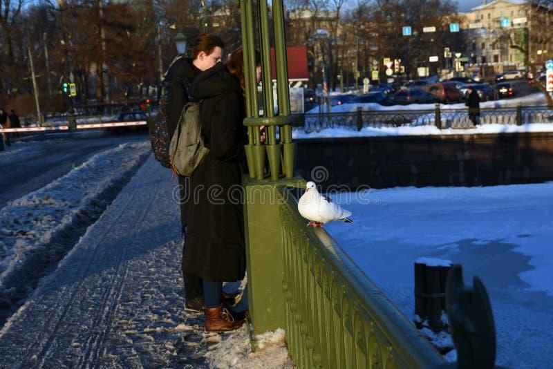 Ein junges Paar in Peter- und Paul-Festung in St Petersburg, Russland stockfoto