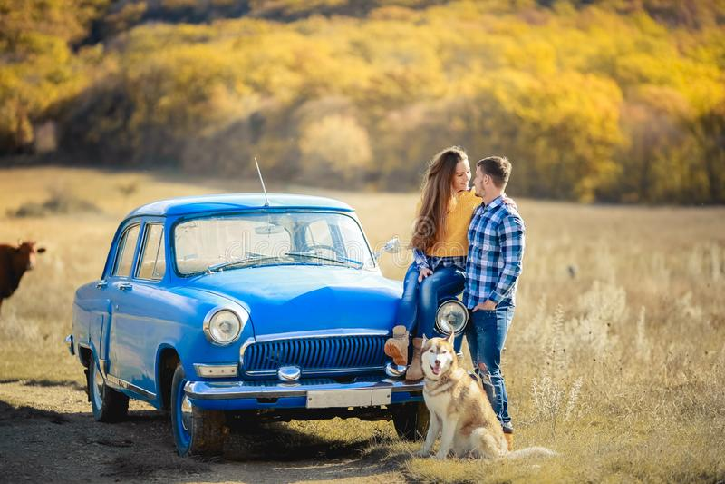 Ein junges Paar reisen mit der sibirischen Hülsen stockbilder