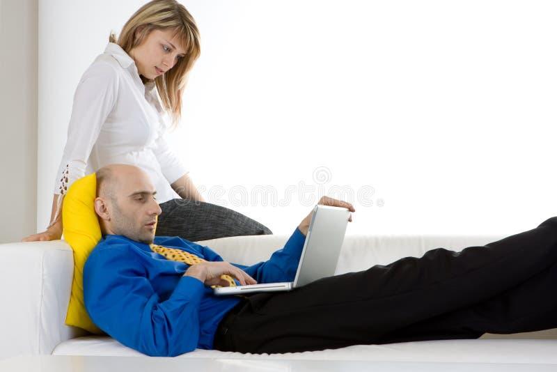 Ein junges Paar und ein Laptop lizenzfreies stockfoto