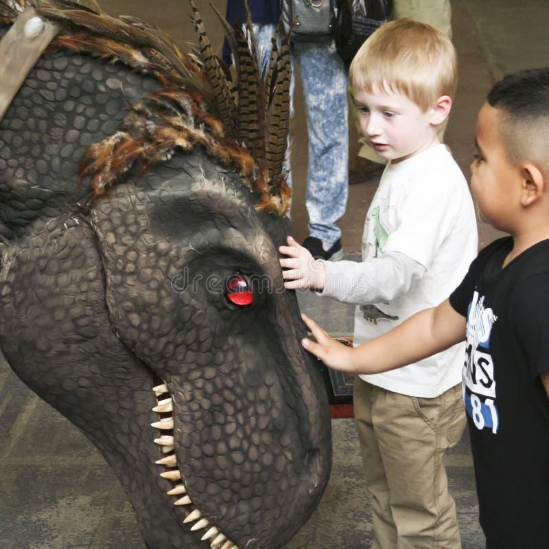 Ein junges T-Rex, Tracey, an T-Rexplaneten, Tucson-Ausstellungs-Mitte lizenzfreies stockbild