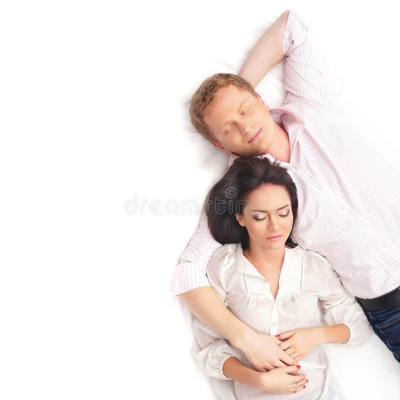 Ein junges und reizendes Paar, das zusammen schläft stockfotos