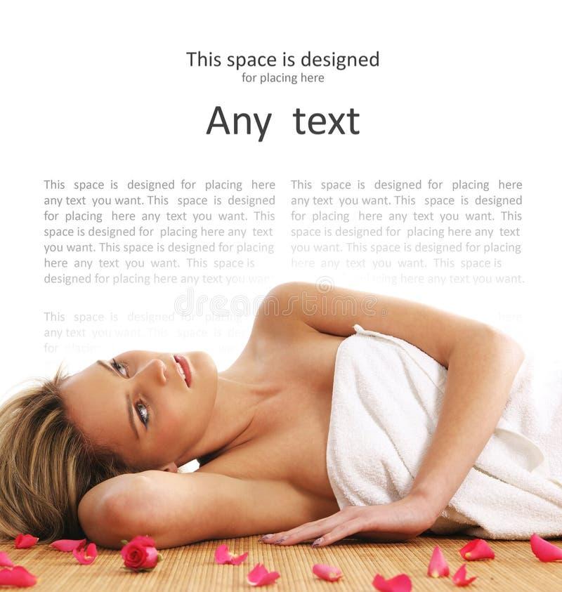 Ein junges und schönes blondes liegt in einem Tuch lizenzfreie stockfotos