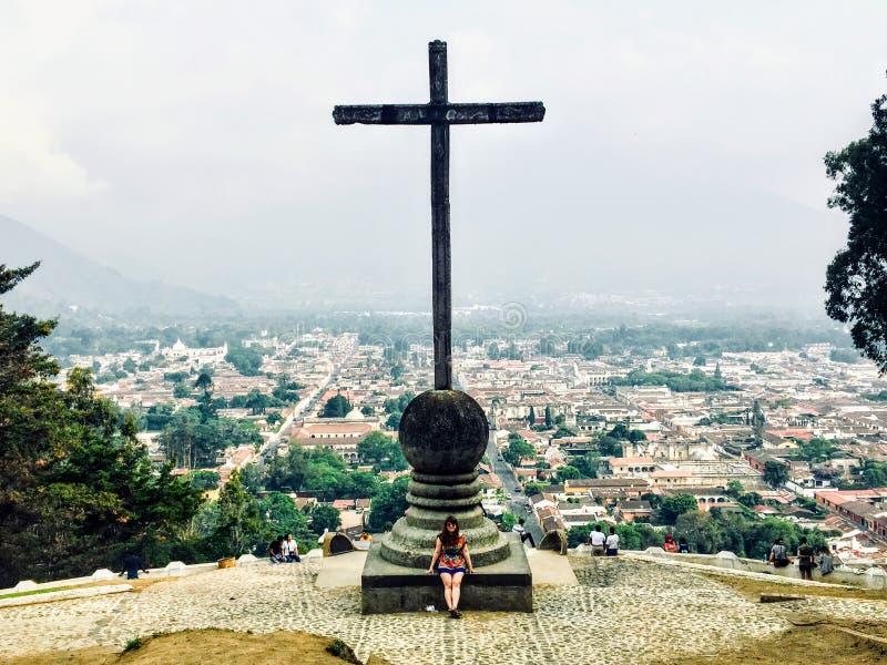 Ein junges weibliches touristisches bewunderndes Antigua, Guatemala vom Ausblick Cerros de la Cruz stockfoto