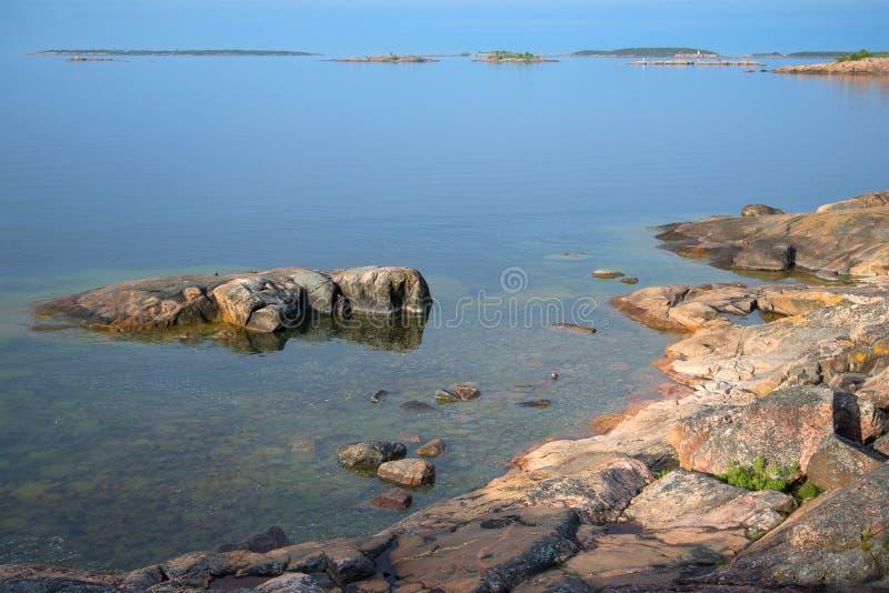 Ein Juni-Ruhemorgen auf dem Ufer des Finnischen Meerbusens Hanko, Finnland stockfotos