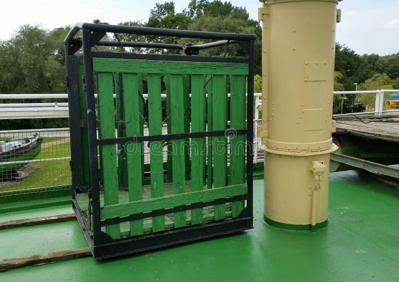 Ein Käfig auf dem Schiff stockfotos