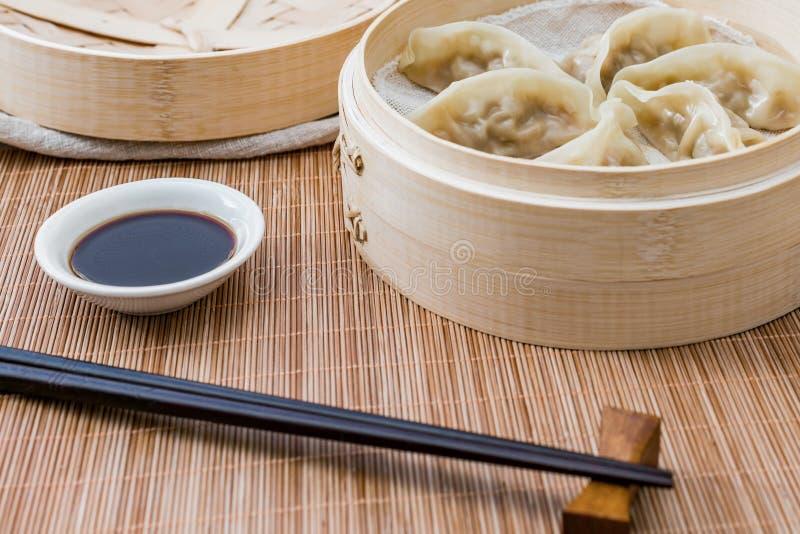 Ein Käfig von gedämpften Mehlklößen, eine traditionelle chinesische Zartheit stockbilder