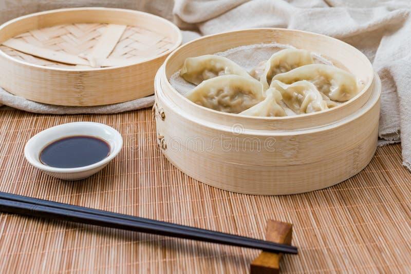 Ein Käfig von gedämpften Mehlklößen, eine traditionelle chinesische Zartheit stockfotografie