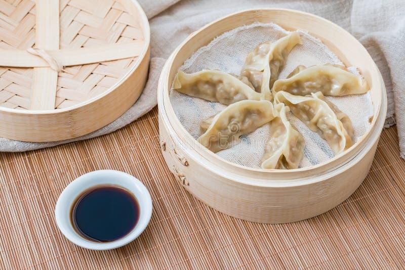 Ein Käfig von gedämpften Mehlklößen, eine traditionelle chinesische Zartheit lizenzfreies stockfoto