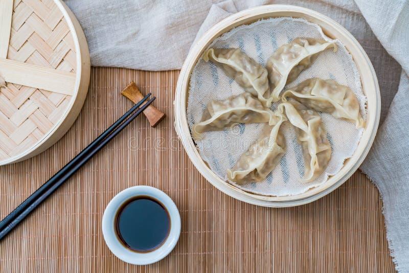 Ein Käfig von gedämpften Mehlklößen, eine traditionelle chinesische Zartheit stockbild