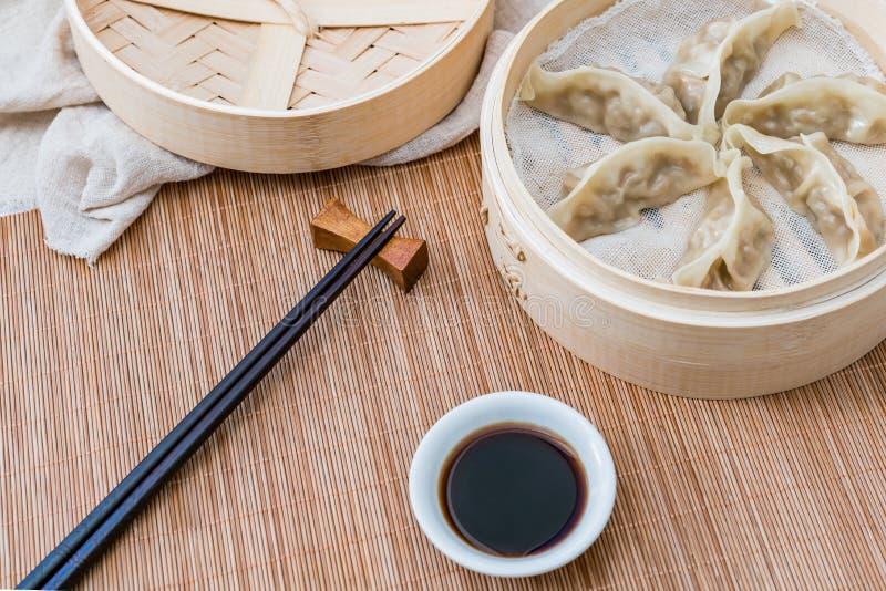 Ein Käfig von gedämpften Mehlklößen, eine traditionelle chinesische Zartheit lizenzfreies stockbild