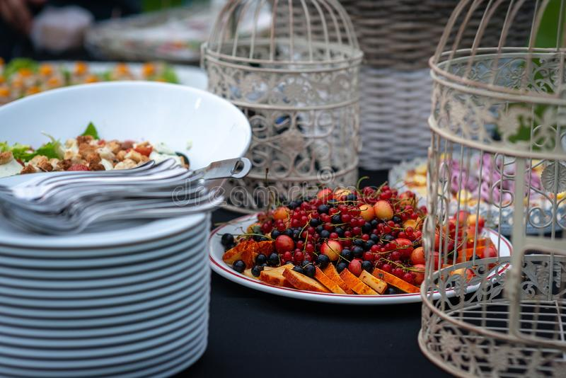 Ein köstlicher Imbiss für eine süße festliche Tabelle Frucht am Bankett Buffet an der Hochzeit - Bild lizenzfreie stockbilder