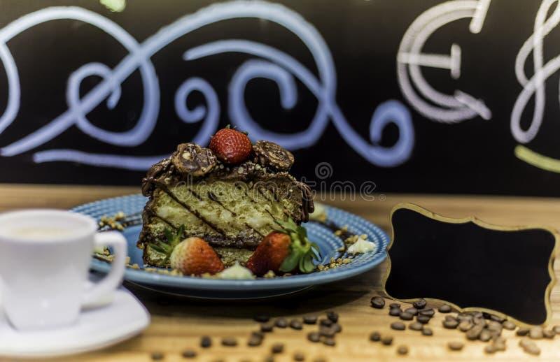 Ein köstlicher Schokolade Kuchen mit Kaffee lizenzfreie stockfotografie