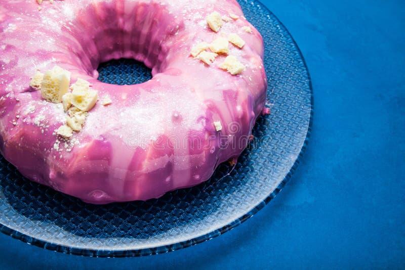 Ein köstlicher selbst gemachter Schokoladenkuchen mit rosa Glasur Hintergrund f?r eine Einladungskarte oder einen Gl?ckwunsch stockbild