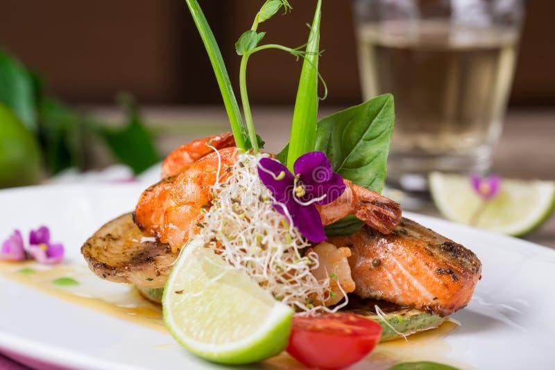 Ein köstlicher Teller von gegrillten Lachsen lizenzfreie stockbilder