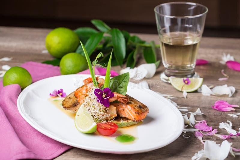 Ein köstlicher Teller von gegrillten Lachsen und von Garnele lizenzfreie stockfotos