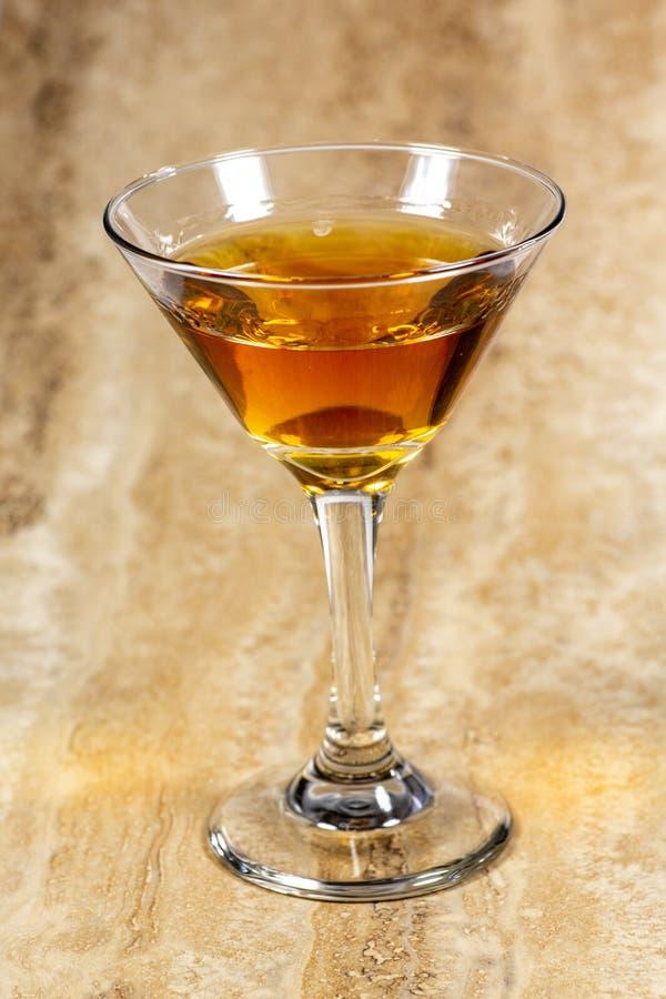 Ein köstliches Cocktail, das auf einen weißen Zähler wartet verbraucht zu werden wartet stockbild