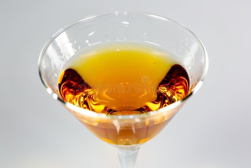 Ein köstliches Cocktail, das auf einen weißen Zähler wartet verbraucht zu werden wartet lizenzfreies stockfoto
