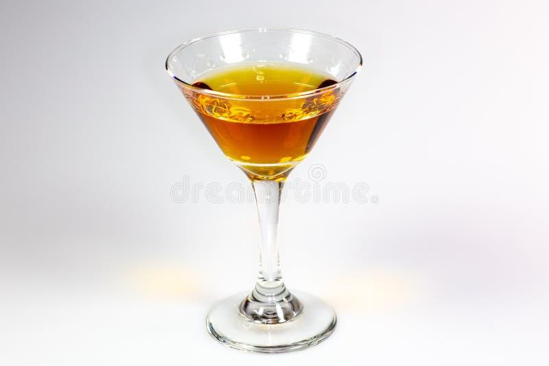 Ein köstliches Cocktail, das auf einen weißen Zähler wartet verbraucht zu werden wartet lizenzfreies stockbild