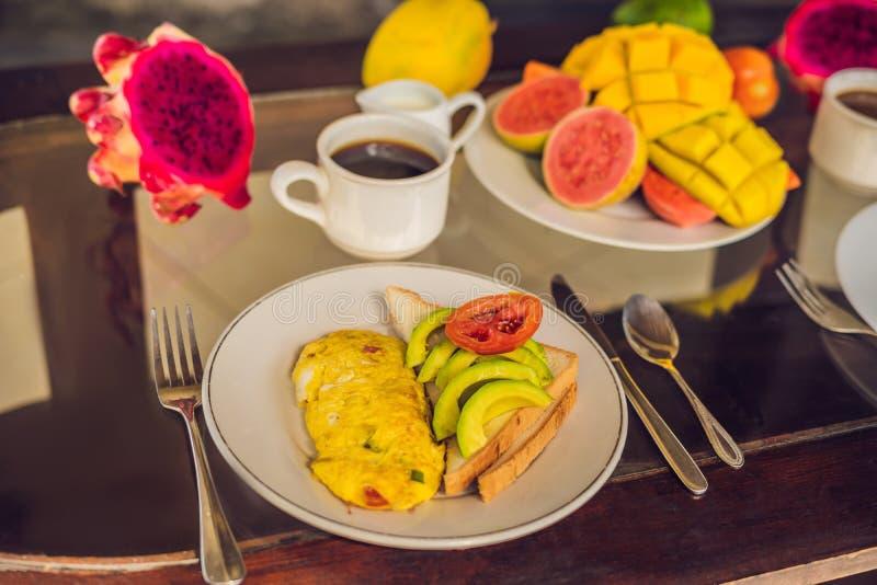 Ein köstliches Frühstück, das Omelett, Frucht und aus Kaffee besteht lizenzfreie stockfotografie