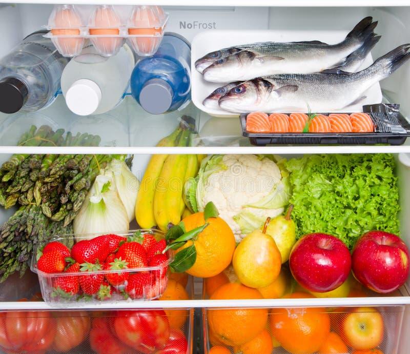 Ein Kühlschrank voll des gesunden Lebensmittels, Mittelmeerdiät lizenzfreies stockbild