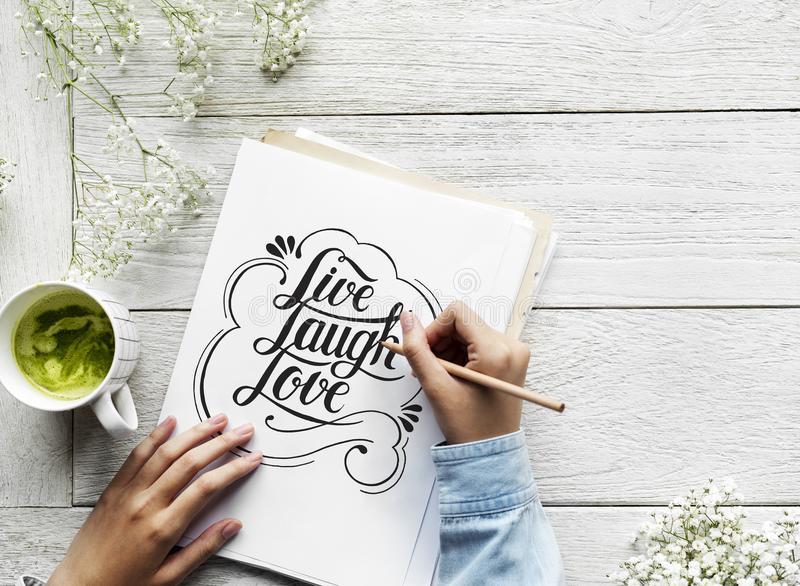 Ein Künstler, der Handbeschriftungsgrafik vom Motivationszitat herstellt lizenzfreies stockbild