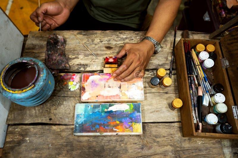Ein Künstler erstellt ein Gemälde, indem er eine Abstraktion zeichnet Arbeitsumgebung im Büro, Topansicht stockbild