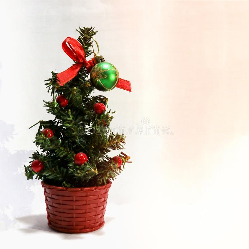 Ein k?nstlicher Weihnachtsbaum lizenzfreie stockbilder