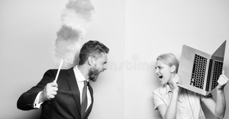 Ein Kampf zwischen Mitgliedern des Haushalts Paare des b?rtigen Mannes und der sexy Frau Gesch?ftsmann und Hausfrau Familienpaare lizenzfreie stockfotografie