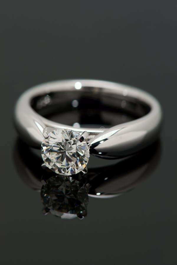 Ein Karat-DiamantSolitaire. lizenzfreie stockfotos
