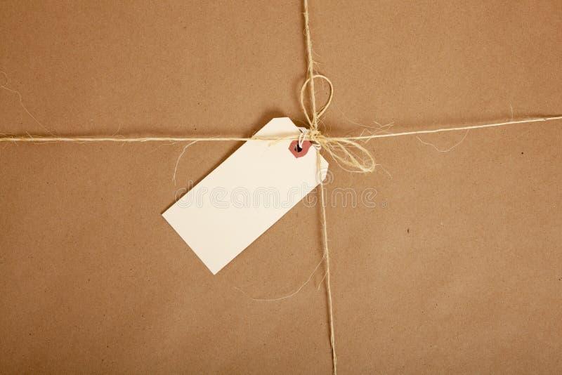 Ein Kasten eingewickelt im braunen Papier mit unbelegter Marke stockfotos