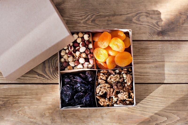Ein Kasten Nüsse und Trockenfrüchte lizenzfreie stockfotos