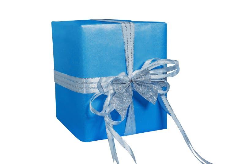 Ein Kasten versiegelt mit einem schönen blauen azurnen Papier und mit einem weißen Band und ein kleiner silberner Bogen auf gebun stockbilder
