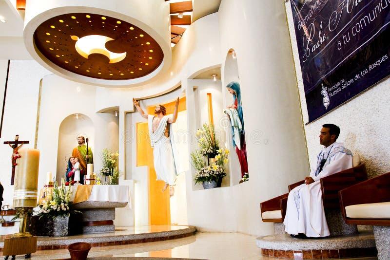Ein katholischer Priester sitzt die Aufwartung stockfotos