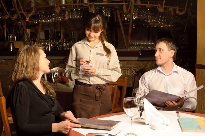Ein Kellner, der Ordnung von den Abnehmern nimmt lizenzfreies stockbild